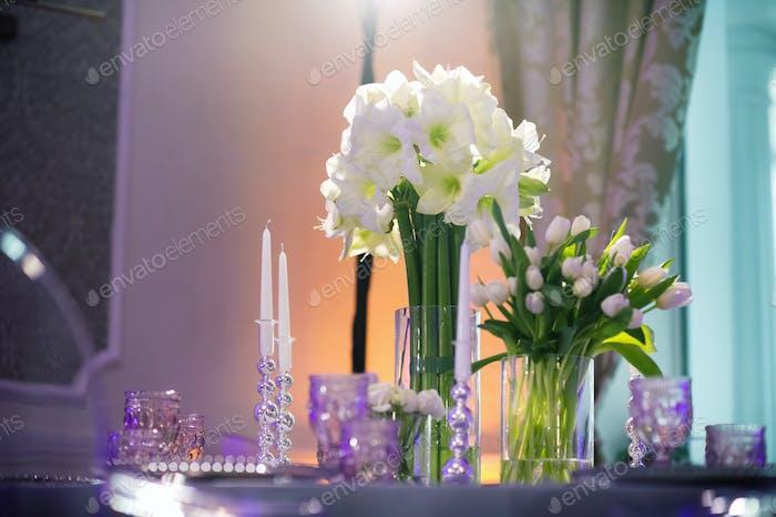 оформление праздничного ужина с цветами Лили на свадебном столе в интерьере