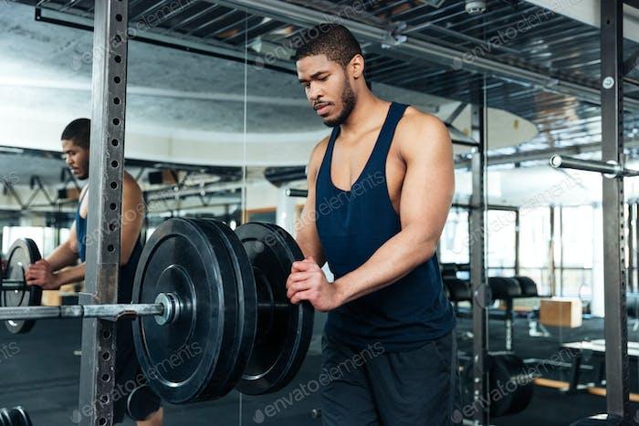 Afro amerikanische Bodybuilder Kerl bereiten Übungen zu tun