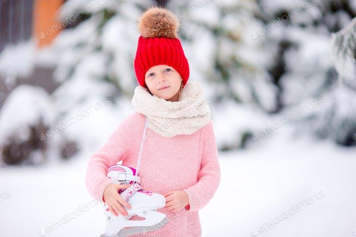 Niedlich kleine Kind Mädchen ist gehen skate im freien