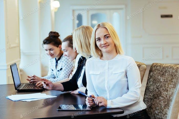 Studenten arbeiten zusammen am Tablet PC an der Hochschule