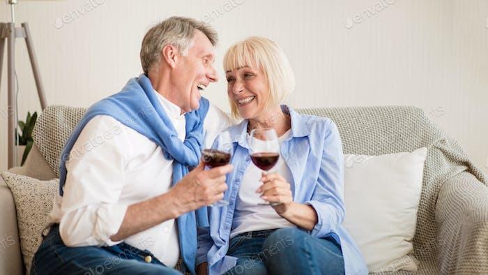 amar pareja mayor beber vino en Página de inicio