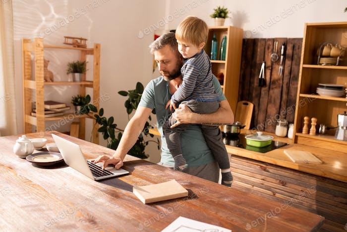 Alleinerziehender Vater, der zu Hause arbeitet