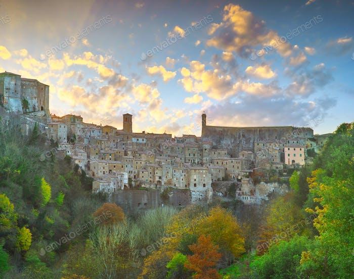 Toskana, Sorano mittelalterliches Dorf Panorama Sonnenuntergang. Italien