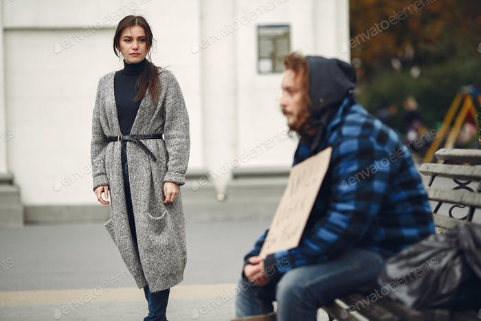 Obdachloser Mann in einer Durty Kleidung Herbst Stadt