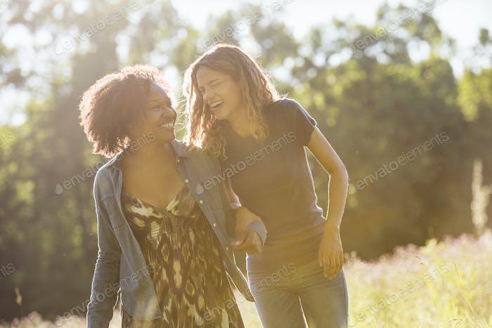 Zwei Frauen gehen und lachen