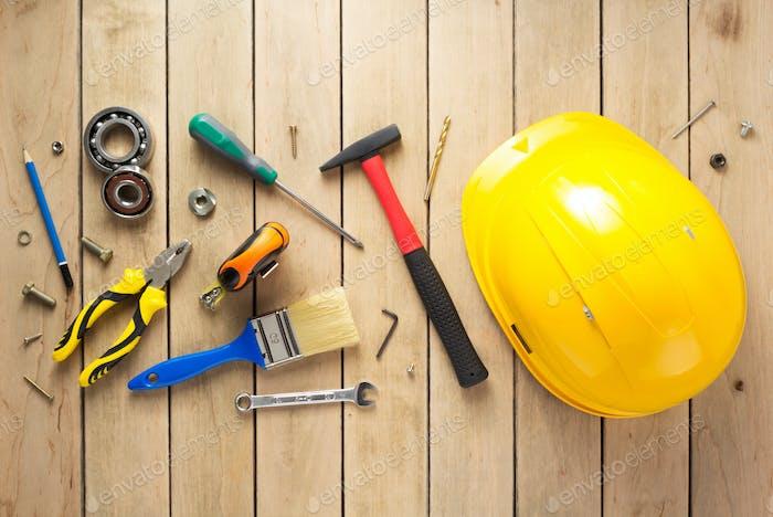 Satz von Werkzeugen und Instrumenten auf hölzernem Hintergrund