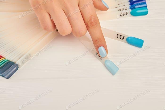 Dedo índice elegir el color en la paleta de uñas