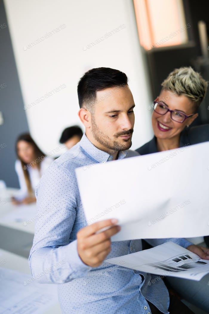 Geschäftsmann legt seine Vorschläge an Kollegen. Startup Business-Team auf Meeting