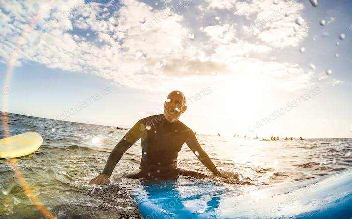 Joven esperando olas en lugar de surf
