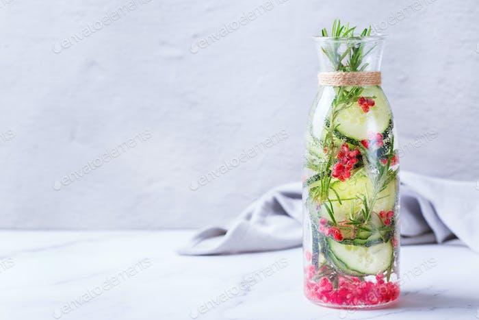 Frische kühle Gurke Granatapfel infundiert Wasser Detox Getränk