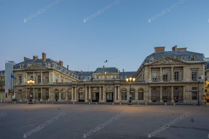El Conseil d Etat es un tribunal administrativo del gobierno francés