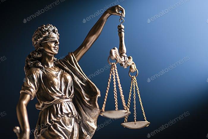 Bronzefigur der Gerechtigkeit mit ihrer Schuppe