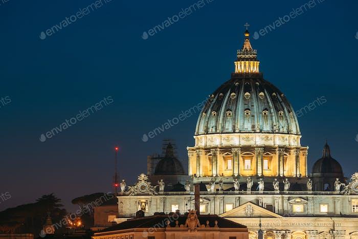 Rome, Italie. Dôme de la basilique papale de Saint-Pierre au Vatican en E
