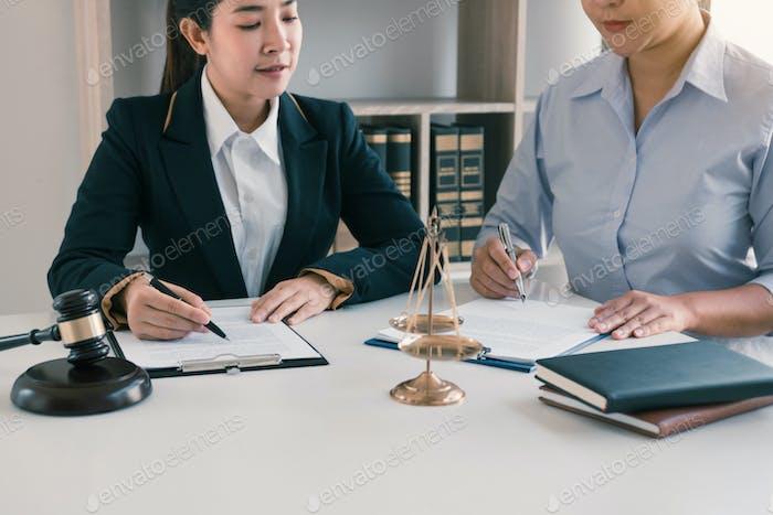 En la  actualidad, la mujer jueza está asesorando a los clientes sobre sus solicitudes de procedimientos judiciales y asesoramiento jurídico.