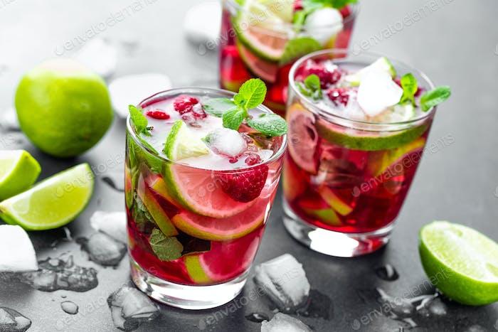 Himbeer-Mojito-Cocktail mit Limette, Minze und Eis, kalt, vereistete Erfrischungsgetränk oder Getränk