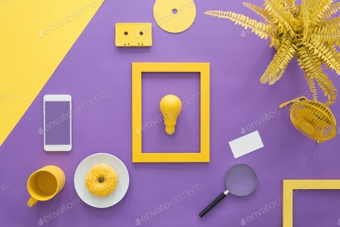 Gelber Rahmen auf violettem Hintergrund