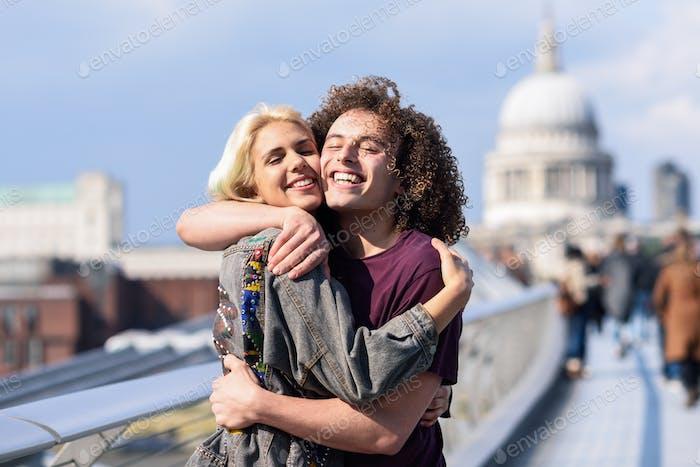 Glückliches Paar umarmt an der Millennium Bridge, der Themse, London.