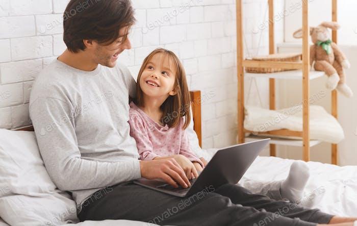 Alleinerziehende Tochter unterrichten, wie man Laptop benutzt