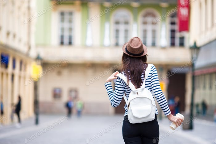 Glückliche junge Stadtfrau trinken Kaffee in der europäischen Stadt. Reise-Tourist Frau mit heißem Getränk in
