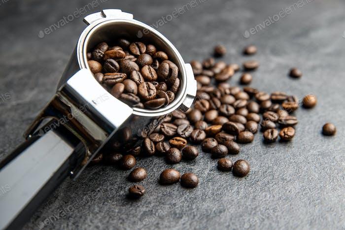 Geröstete Kaffeebohnen im Kaffeefilterhalter