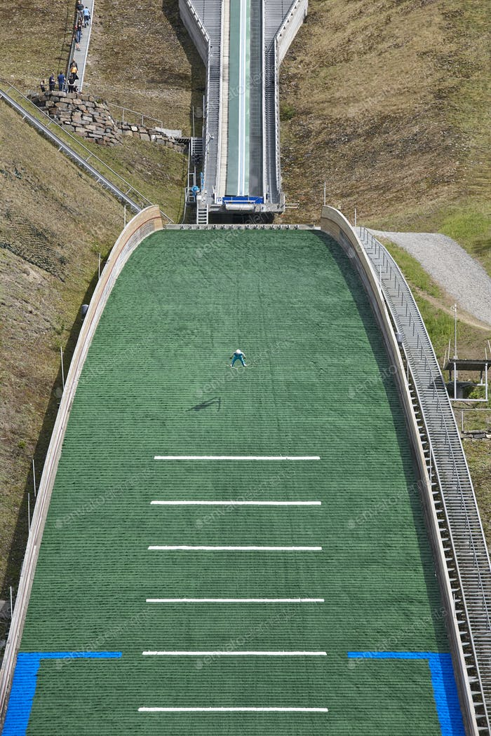 Skisprungschanze. Künstliche Spur. Sport Hintergrund. Norwegischer Sommer. Vertikal