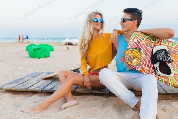 joven pareja divertirse en la playa