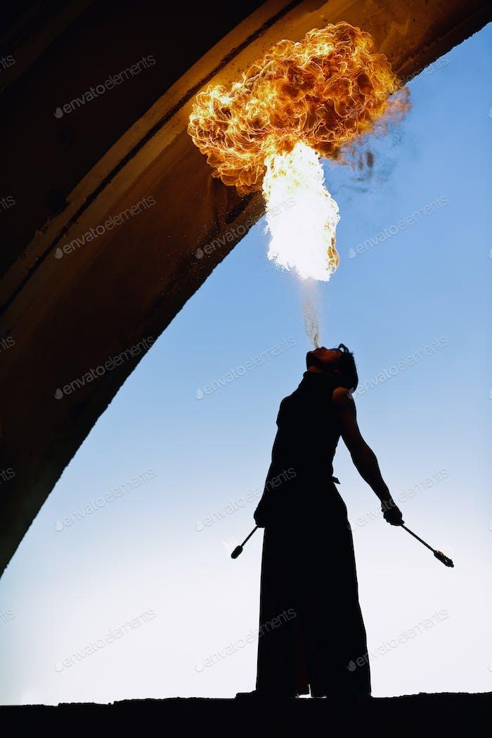 Feuerkünstler mit extremen Feueratmung