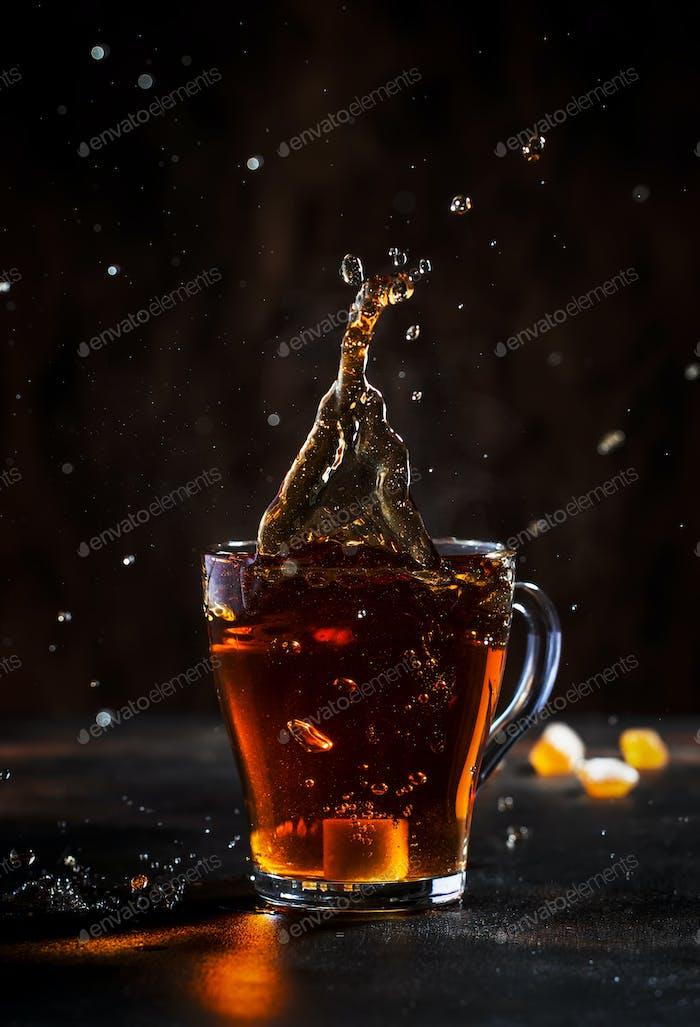 Spritzer in Glas Tasse schwarzen Tee
