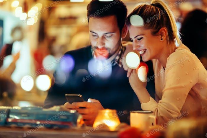 pareja romántica citas en pub por la Noche