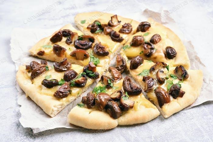 Pilzpizza mit Käse