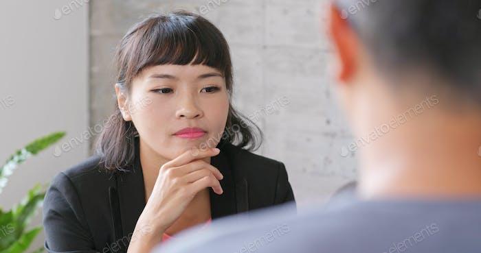 Деловая женщина разговаривает со своим клиентом