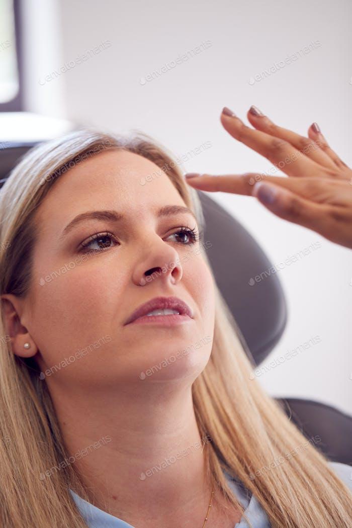 Kosmetikerin oder Arzt Vorbereitung weibliche Patienten für Botox Injektion