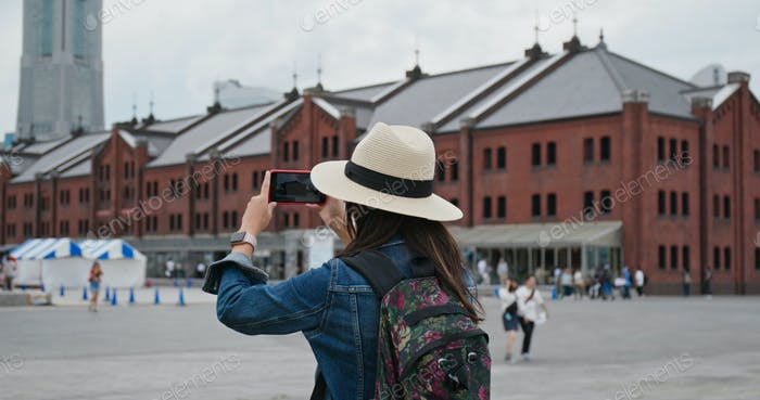 Frau fotografieren mit Handy in Yokohama roten Lager