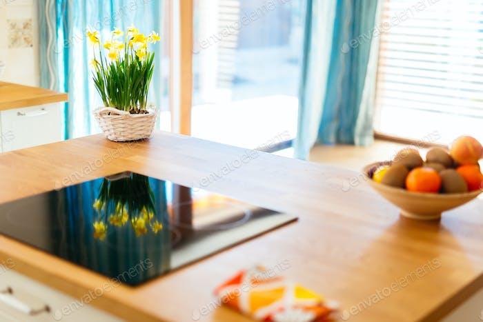 Blumen auf der Küchentheke