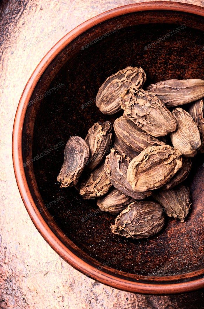 Raw organic cardamom pods