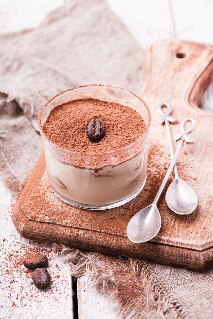 Tiramisu, traditionelles italienisches Dessert im Glas
