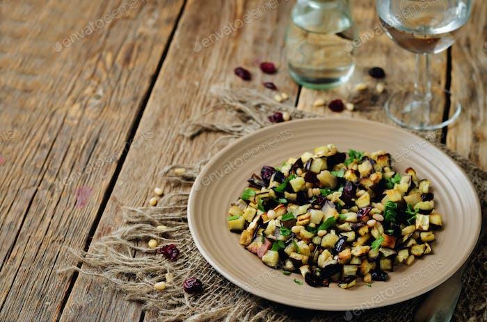 Berenjena piñones perejil ensalada de arándanos secos