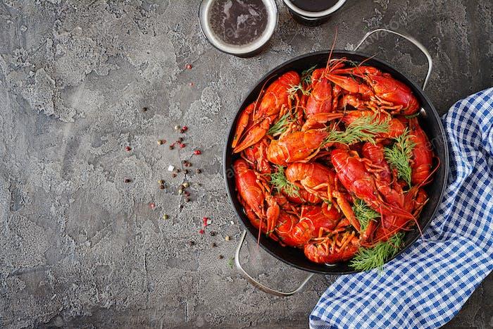 Krebse. Rote gekochte Crawfische auf dem Tisch im rustikalen Stil, Nahaufnahme.