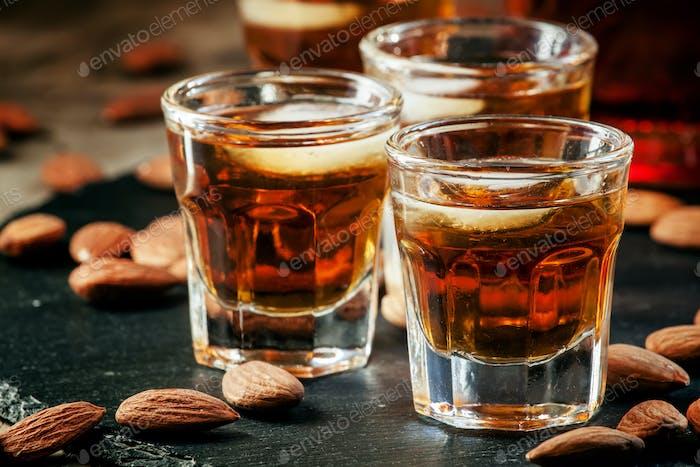 Kalter Whisky mit Eis in einem Glas und einem Snack Mandeln