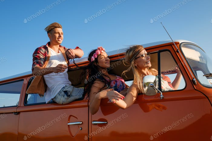 Hippie Freunde in einem Van auf einer Roadtrip