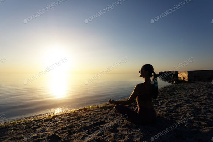Frau sitzt in Lotus-Pose und meditieren