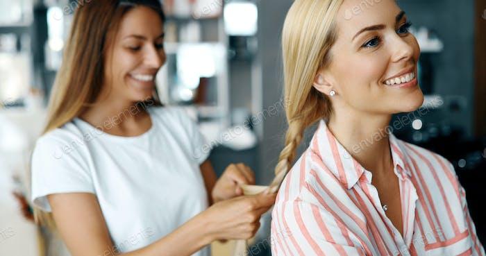 Glückliche Frau im Friseursalon