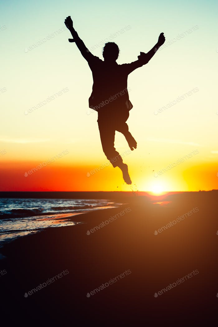Silhouette junge Frau Springen mit den Händen am Strand an der