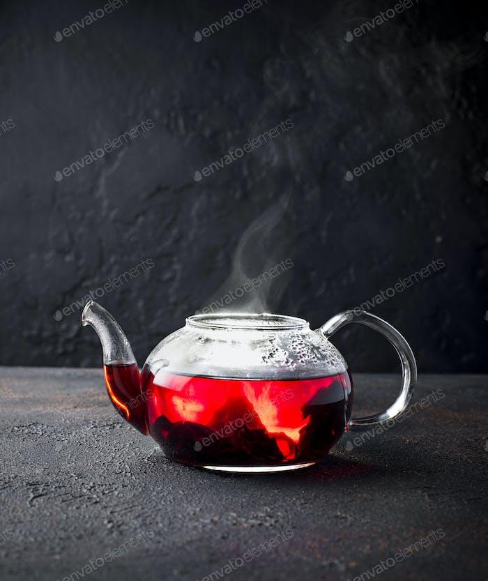 Roter Hibiskusblütentee in Glas-Teekanne