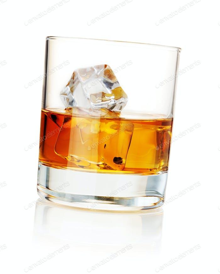 Whisky mit Eiswürfeln