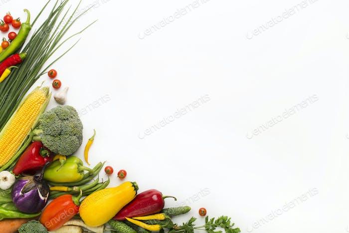 Gemüse schafft einen Rahmen auf weißem Hintergrund