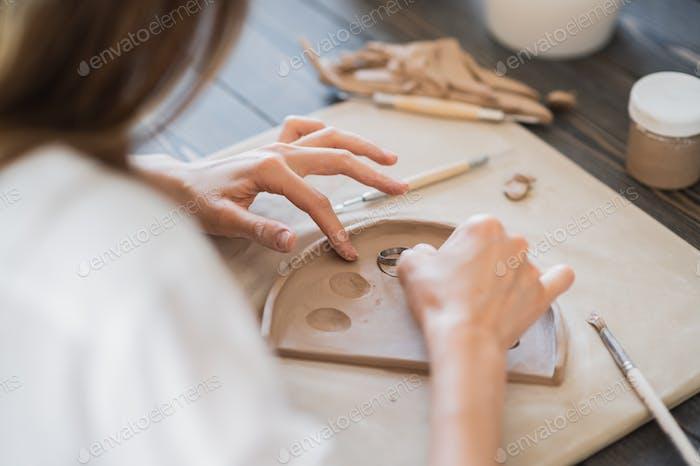 Женщина украшения ручной керамики пластины крупным планом