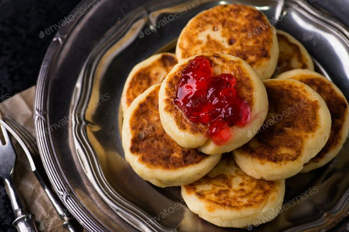 Cottage cheese pancakes with currant jam
