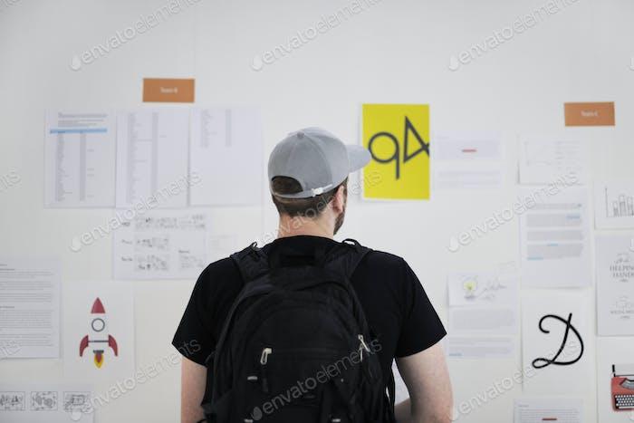 Startup Business Leute suchen auf Strategy Board Informationen Th