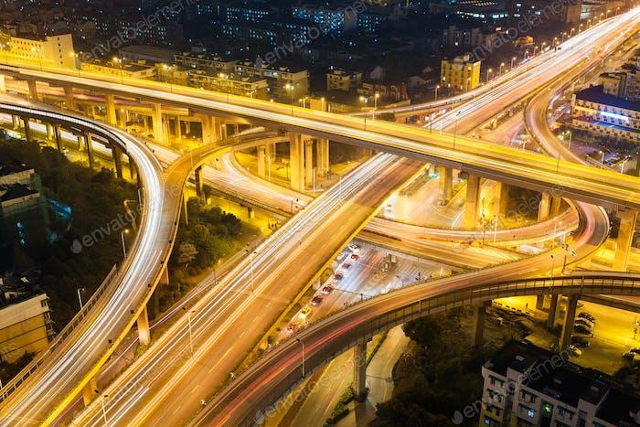 Stadtautobahn Überführung in der Nacht
